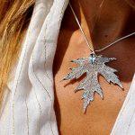 Blattrausch Silberahorn Anhänger Silber Dekoltee